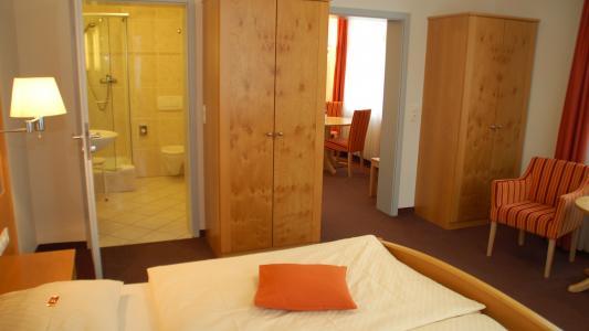 Landhotel Altes Wasserwerk Appartement separater Wohnraum, Sofa, Küchenzeile