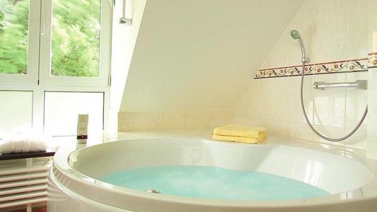 Landhotel Altes Wasserwerk Badewanne mit Whirlpool